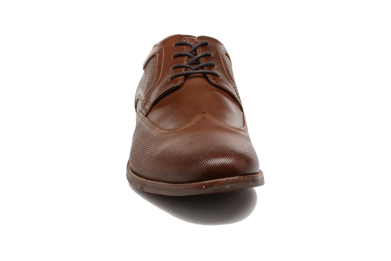 Zapatos con cordones Rockport SP Perf Wingtip Marrón vista del modelo
