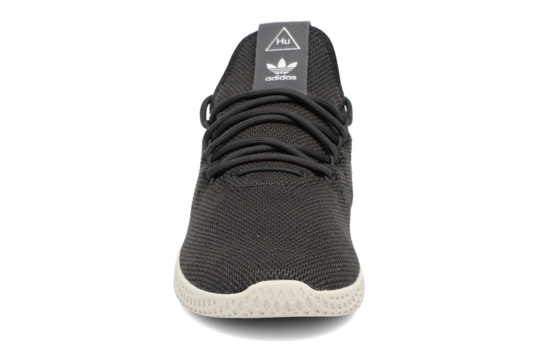 Sneakers Adidas Originals Pharrell Williams Tennis Hu Grigio modello indossato