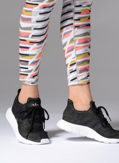 Baskets adidas originals Swift Run W Noir vue bas / vue portée sac
