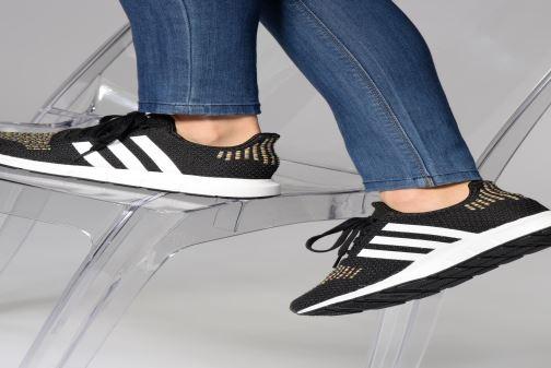 Sneaker Adidas Originals Swift Run W schwarz ansicht von unten / tasche getragen