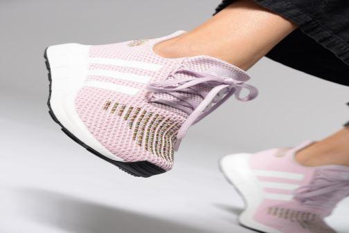 Sneaker Adidas Originals Swift Run W weiß ansicht von unten / tasche getragen