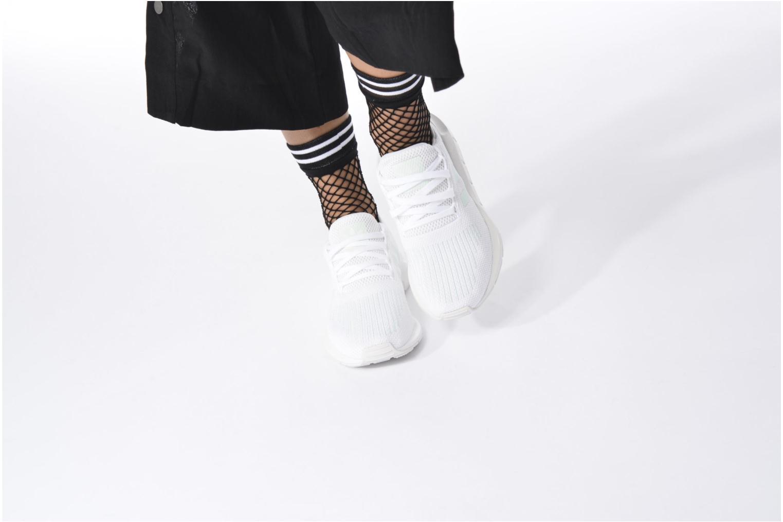 Sneaker Adidas Originals Swift Run W grau ansicht von unten / tasche getragen