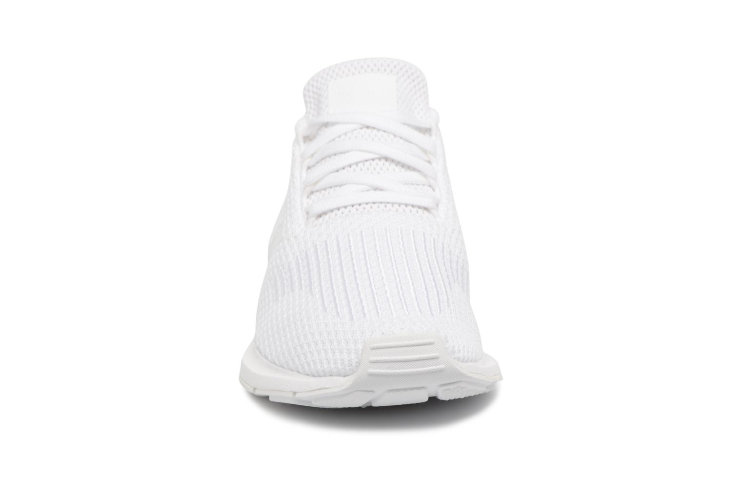 Baskets Adidas Originals Swift Run W Blanc vue portées chaussures