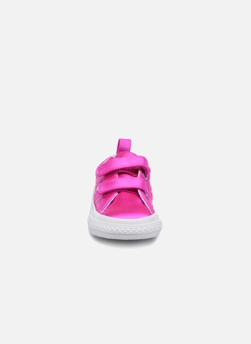 Sneakers Converse One Star 2V Ox Rosa modello indossato