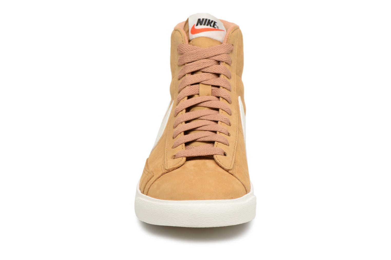 Baskets Nike Wmns Blazer Mid Vntg Suede Marron vue portées chaussures