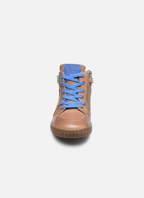 Sneakers Kickers Wazabi Beige modello indossato