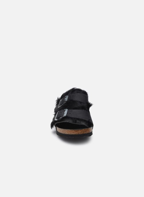 Pantofole Birkenstock Arizona Fur Nero modello indossato