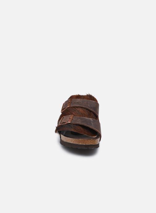 Pantofole Birkenstock Arizona Fur Marrone modello indossato