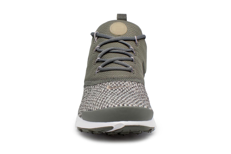 Baskets Nike Presto Fly Se (Gs) Vert vue portées chaussures