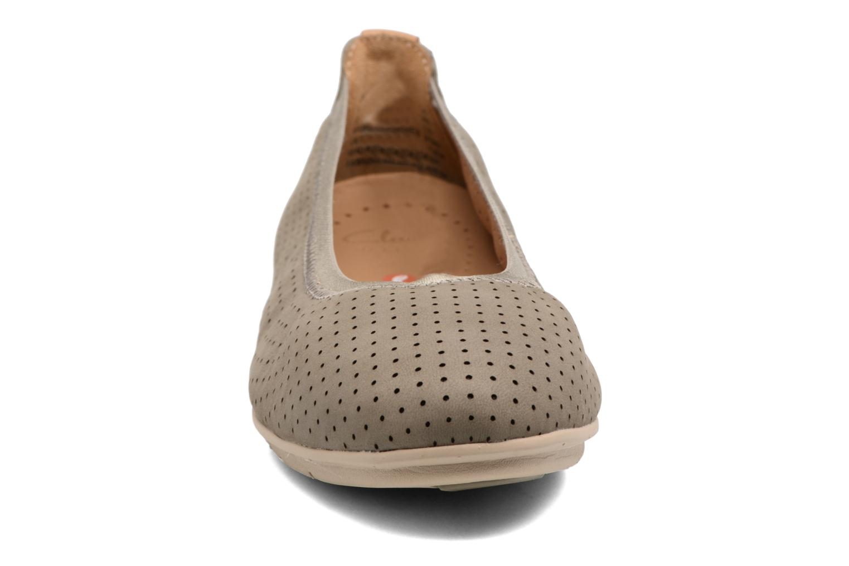 Ballerines Clarks Un Tract Gris vue portées chaussures