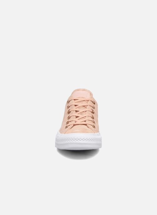 Sneakers Converse Chuck Taylor All Star Shimmer Suede Ox Rosa modello indossato