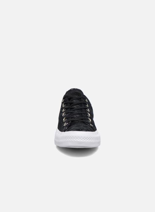 Baskets Converse Chuck Taylor All Star Shimmer Suede Ox Noir vue portées chaussures