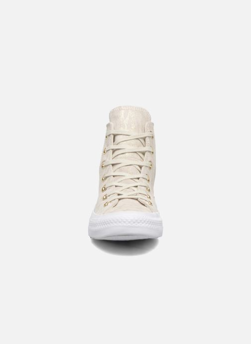 Sneakers Converse Chuck Taylor All Star Shimmer Suede Hi Beige modello indossato