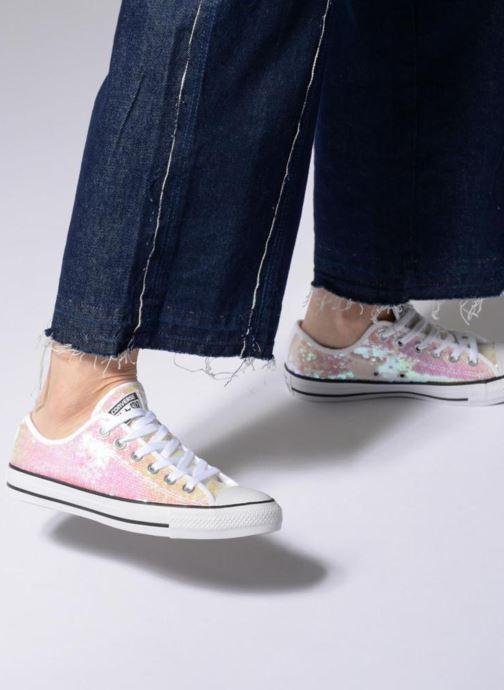 Sneaker Converse Chuck Taylor All Star Sequins Ox braun ansicht von unten / tasche getragen