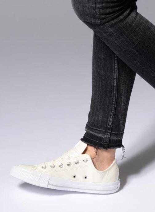 Sneaker Converse Chuck Taylor All Star Crinkled Patent Leather Ox weiß ansicht von unten / tasche getragen