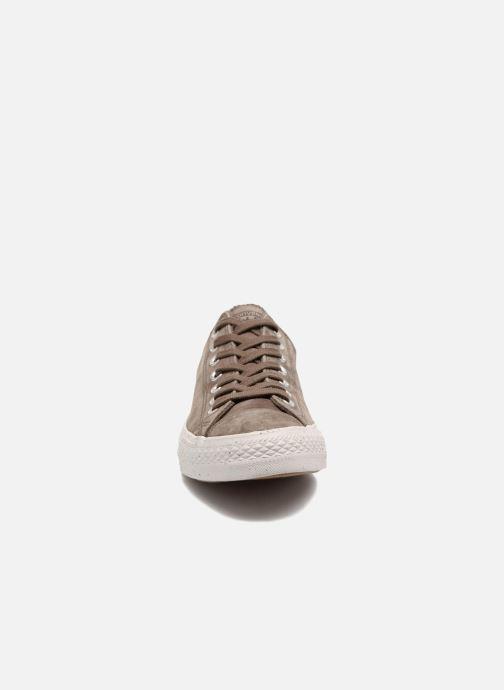 Baskets Converse Chuck Taylor All Star Nubuck Ox M Marron vue portées chaussures