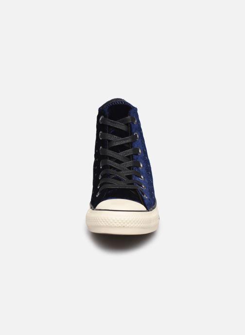 Baskets Converse Chuck Taylor All Star Velvet Studs Hi Bleu vue portées chaussures