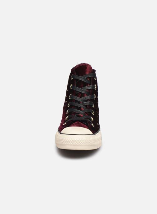Baskets Converse Chuck Taylor All Star Velvet Studs Hi Bordeaux vue portées chaussures