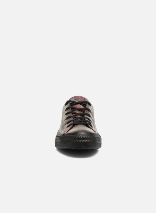 Baskets Converse Chuck Taylor All Star Iridescent Leather Ox Rose vue portées chaussures