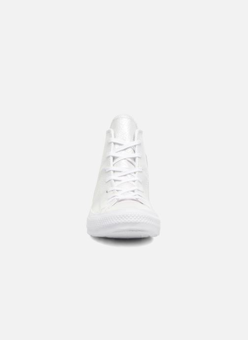 5b1bf37f0da2 Baskets Converse Chuck Taylor All Star Iridescent Leather Hi Blanc vue  portées chaussures