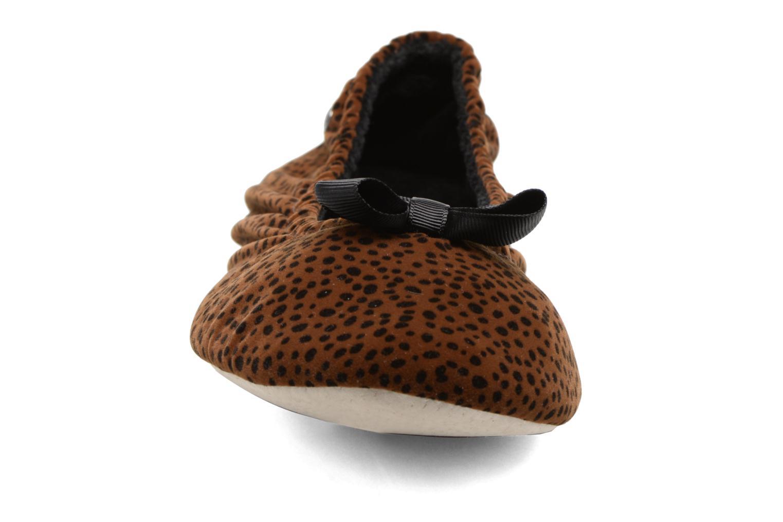 Chaussons Isotoner Ballerine suédine animal Marron vue portées chaussures
