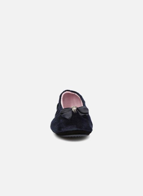 Chaussons Isotoner Ballerine micro velours bijoux Bleu vue portées chaussures