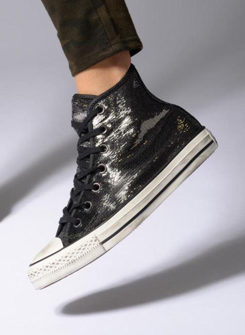 Sneaker Converse Chuck Taylor All Star Distressd Hi grau ansicht von unten / tasche getragen