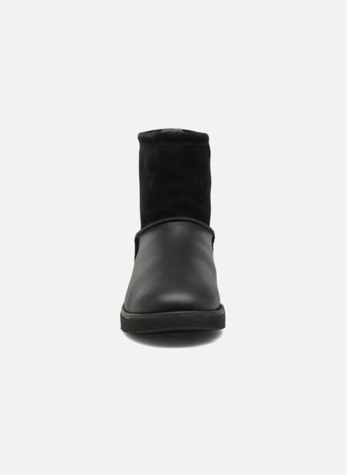 Bottes UGG Classic Toggle Waterproof Noir vue portées chaussures