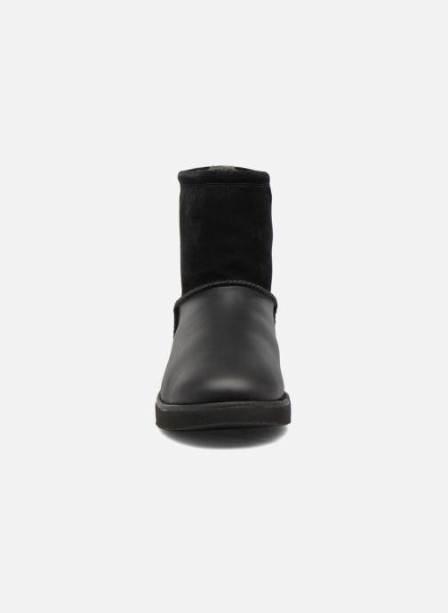 Stivali UGG Classic Toggle Waterproof Nero modello indossato