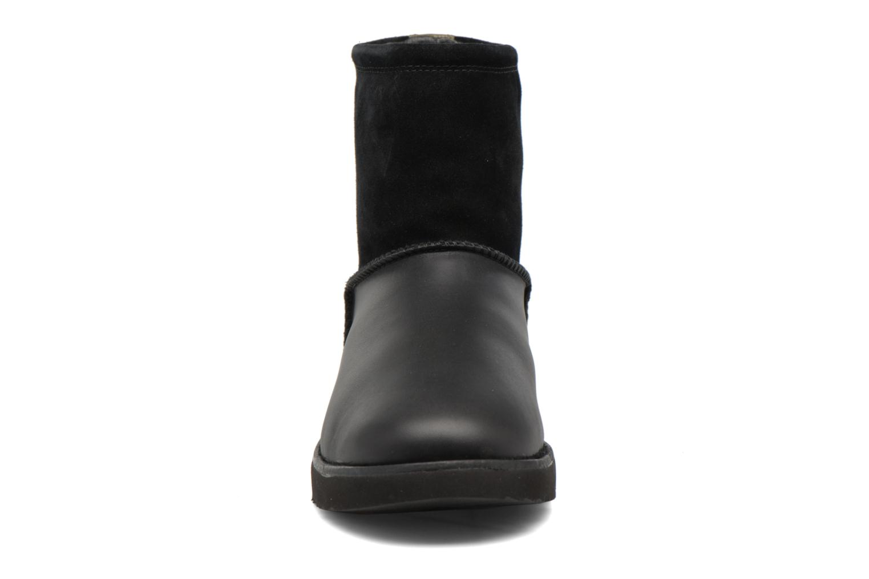 Bottes UGG Classic Toggle Waterproof Noir vue portées chaussures