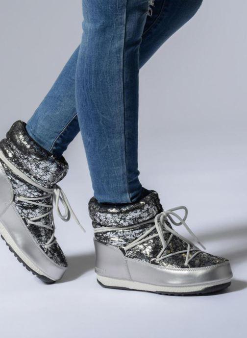 Chaussures de sport Moon Boot low crackled Argent vue bas / vue portée sac