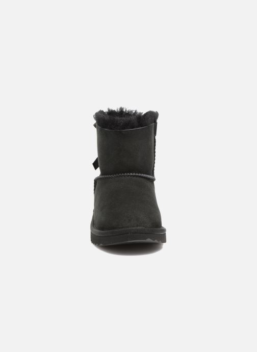 Stivali UGG Mini Bailey Bow II K Nero modello indossato