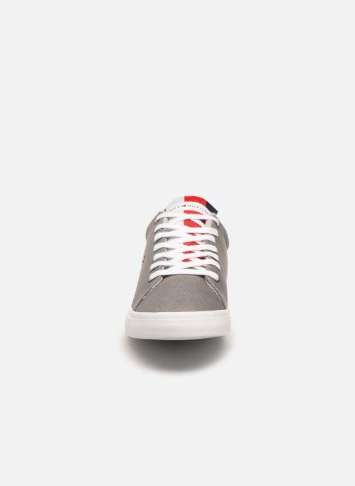 Baskets Tommy Hilfiger ESSENTIAL LONG LACE SNEAKER Gris vue portées chaussures