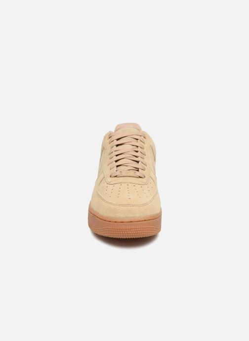 Baskets Nike Air Force 1 '07 Lv8 Suede Beige vue portées chaussures