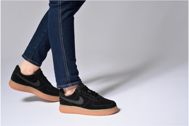 Sneaker Nike Wmns Air Force 1 '07 Se schwarz ansicht von unten / tasche getragen