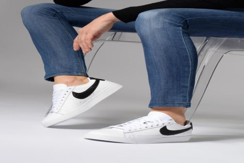 Trainers Nike W Blazer Low Le White view from underneath / model view