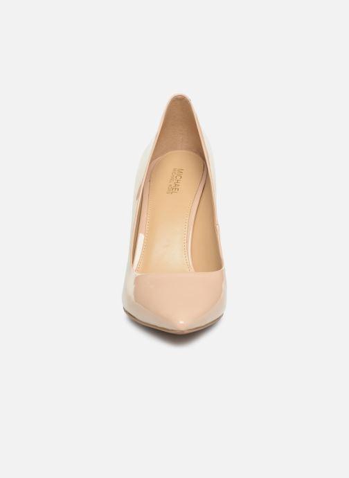 Zapatos de tacón Michael Michael Kors Claire Pump Beige vista del modelo