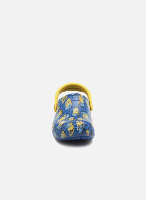 Sandalias Crocs Classic Clog Graphic Kids FL Minions Azul vista del modelo