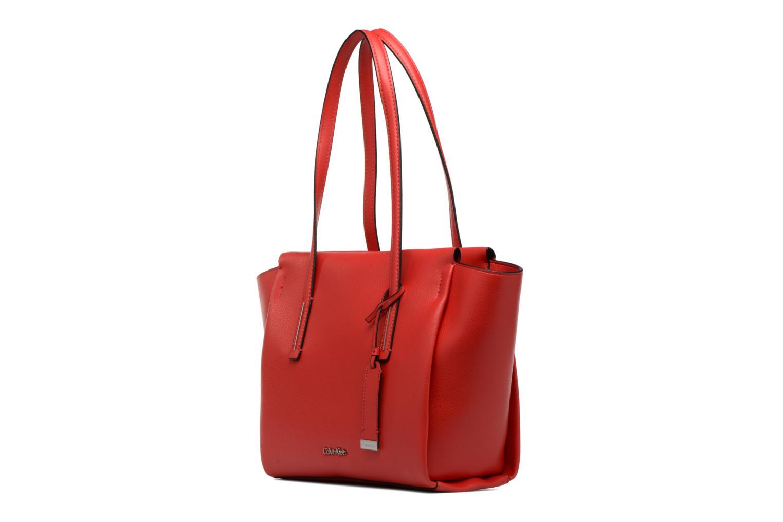 Sacs à main Calvin Klein Frame Medium Shopper Rouge vue portées chaussures
