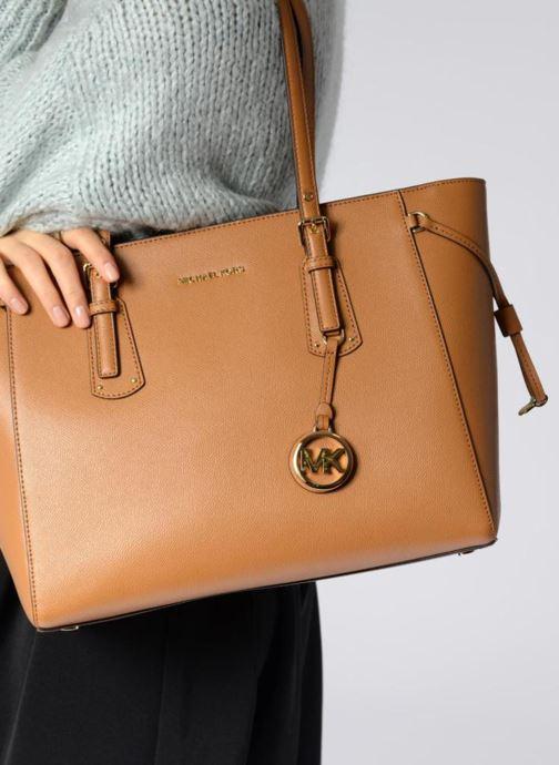 Handtaschen Michael Michael Kors Cabas Voyager MD MF TZ TOTE schwarz ansicht von unten / tasche getragen