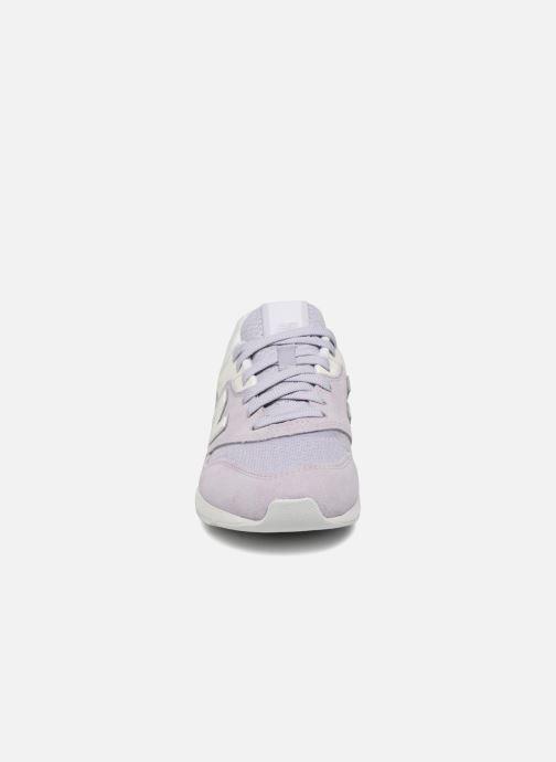 Baskets New Balance WL697 Violet vue portées chaussures
