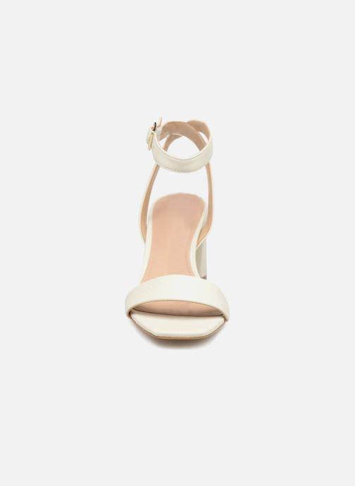 Sandalen Guess Annabelle weiß schuhe getragen