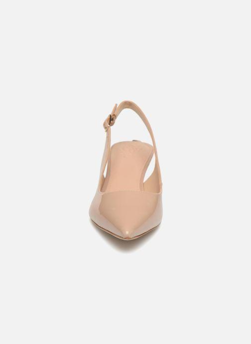 Zapatos de tacón Guess Debby Beige vista del modelo