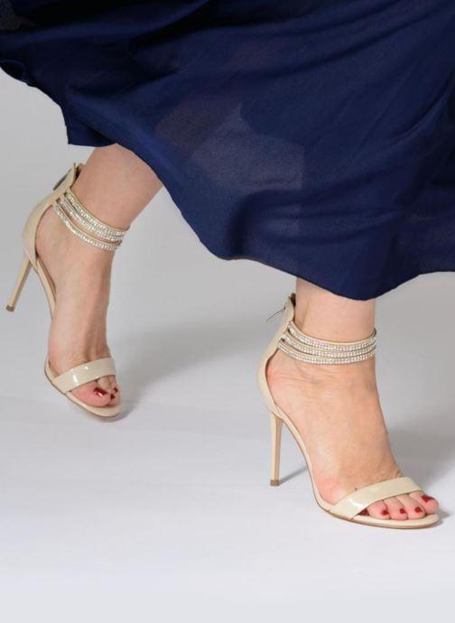 Sandalen Guess Kathy beige ansicht von unten / tasche getragen