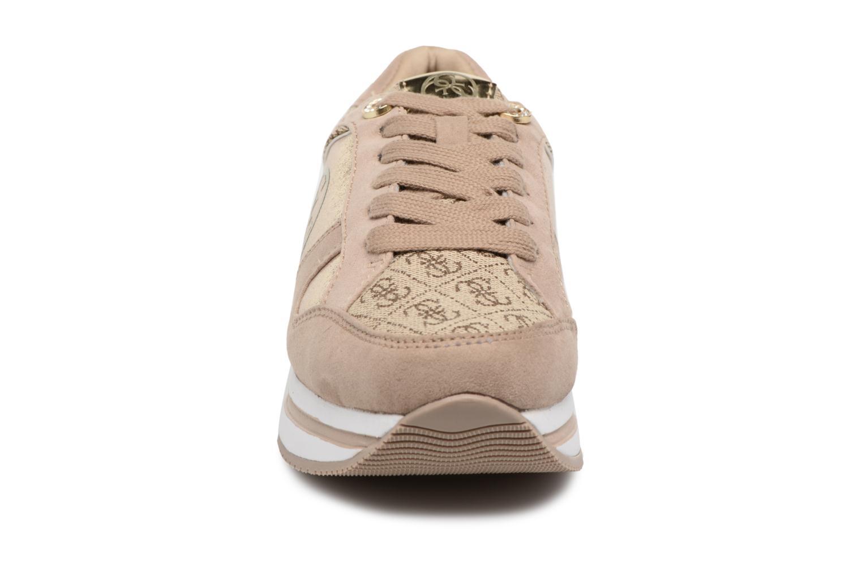 Baskets Guess Dameon Beige vue portées chaussures