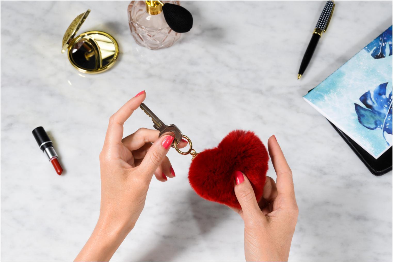 Marroquinería pequeña Michael Michael Kors Porte-clés CHARMS FUR HEART POM POM Rojo vista de arriba