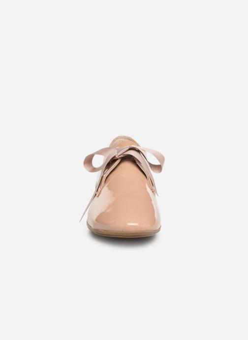 Zapatos con cordones Georgia Rose Astral Beige vista del modelo