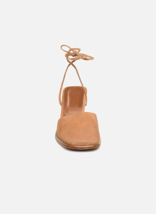 Mules et sabots BY FAR Iris Marron vue portées chaussures