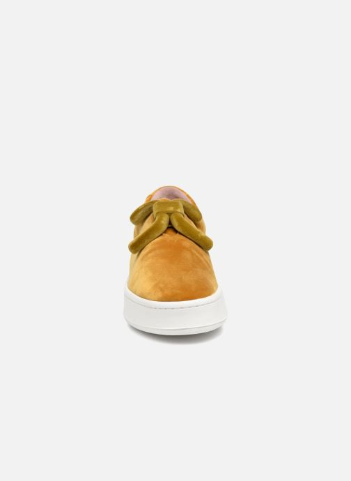 Sneakers An Hour And A Shower Knot Giallo modello indossato