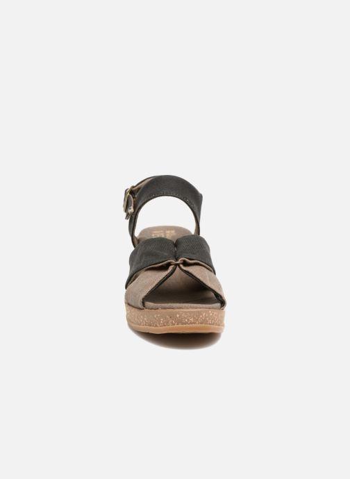 Sandali e scarpe aperte El Naturalista Leaves N5007T Nero modello indossato